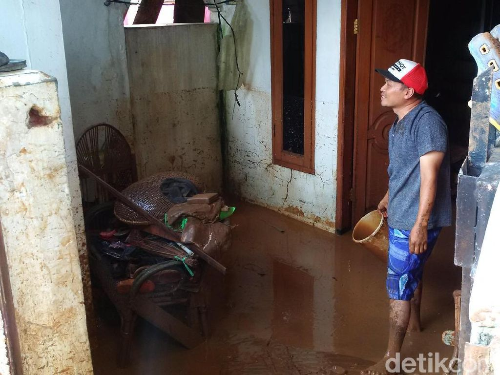 8,7 Ton Beras Disalurkan ke Korban Banjir Bandang Bandung