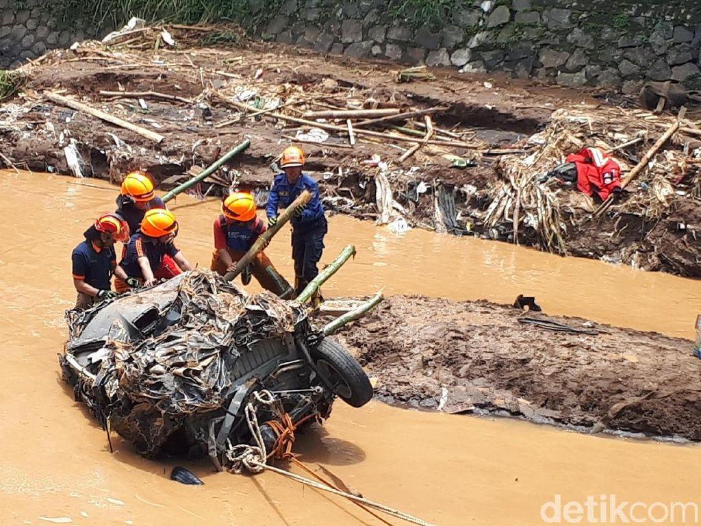 Evakuasi Bangkai Mobil Korban Banjir Bandang Cicaheum 6 Jam