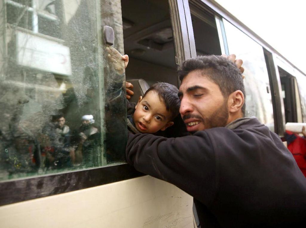 Sedih! Momen Perpisahan Ayah dengan Balitanya yang Mengungsi