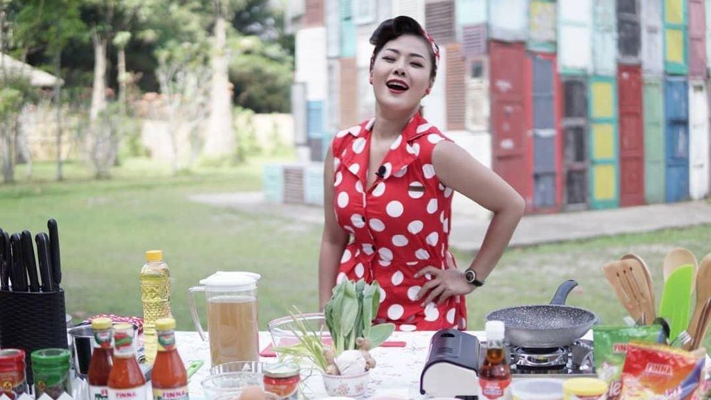 Siap Menikah, Ini Gaya Manis Chef Aiko Ketika Masak dan Ngopi