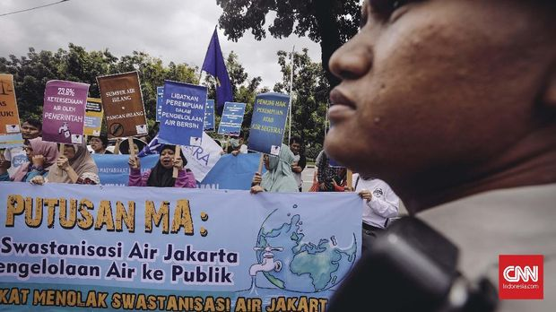 Warga dan aktivis Koalisi Masyarakat Menolak Swastanisasi Air Jakarta berunjuk rasa di depan Balaikota DKI Jakarta, 2018.