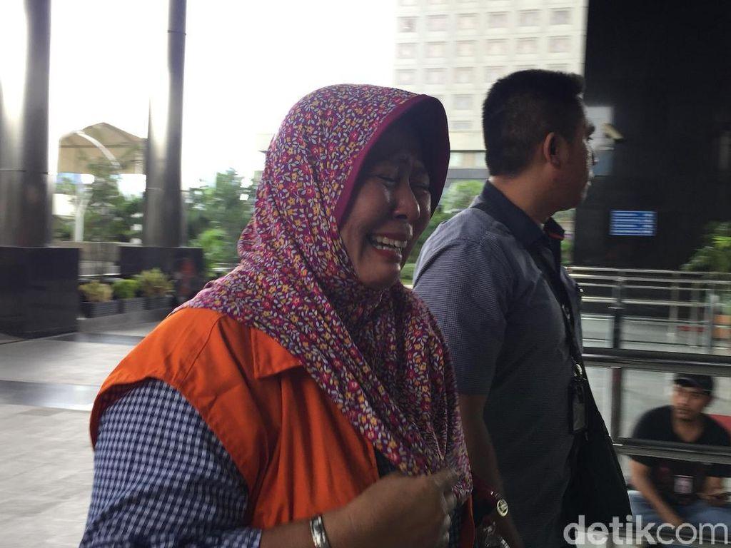 Panitera PN Tangerang Menangis Saat Diperiksa KPK