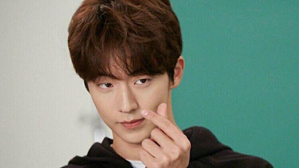 Unyu Banget, Gaya Artis Ungkapkan Cinta dengan Tren Finger Heart