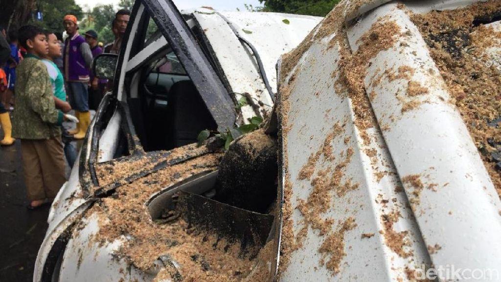 Penampakan Mobil yang Ringsek Ditimpa Pohon Tumbang di Jatinegara