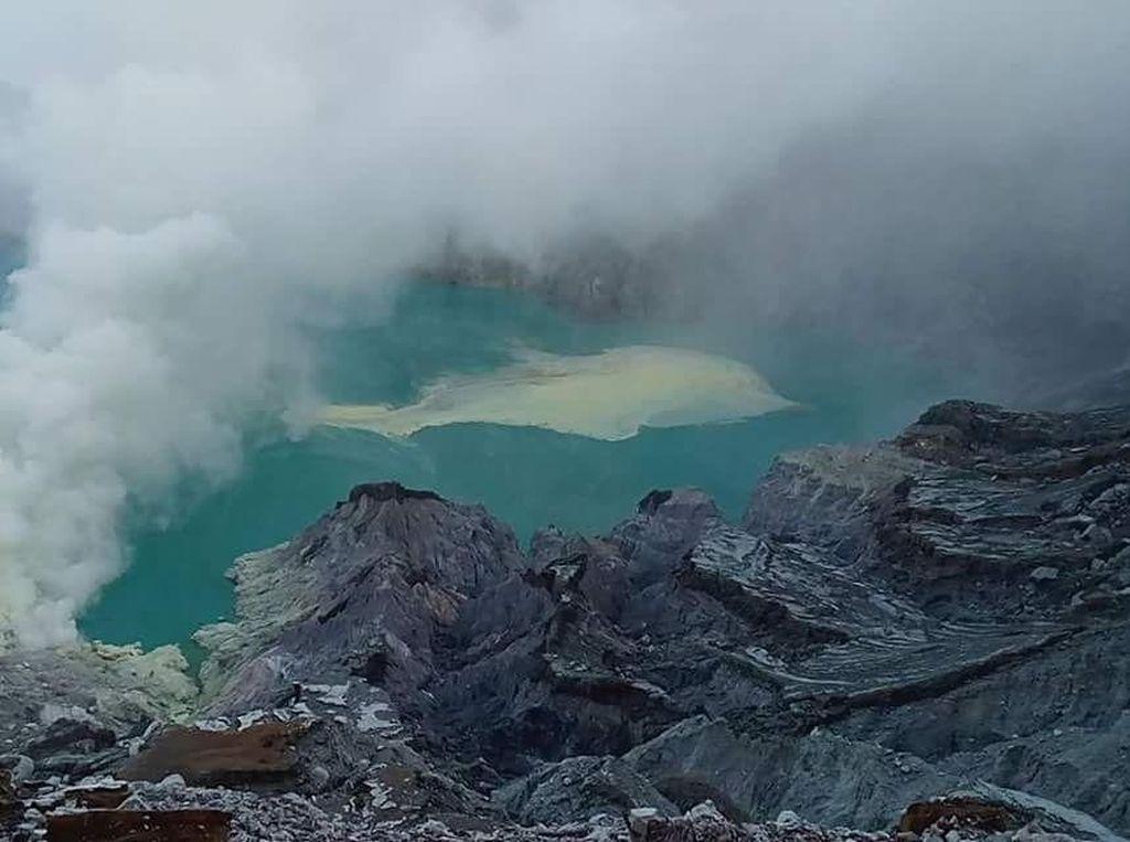 Letupan Gas Kawah Ijen karena Perbedaan Suhu Saat Musim Hujan