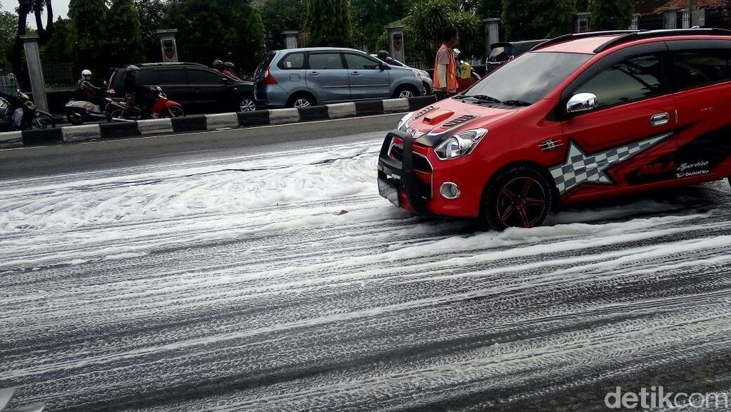 Penampakan Jalan di Yogya yang Mendadak Dipenuhi Busa Seperti Salju