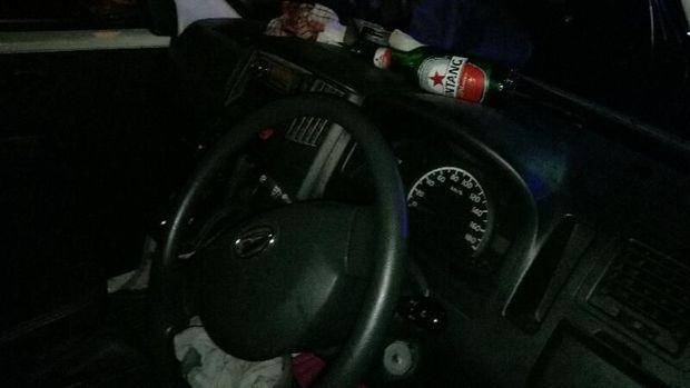 Ditemukan botol miras di dashboard mobil