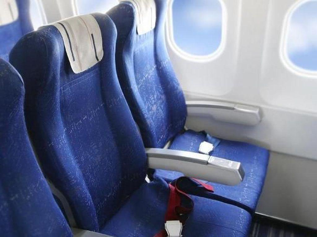Kok Ada Kaki Nyelonong ke Lengan Kursi Penumpang Pesawat Lain?