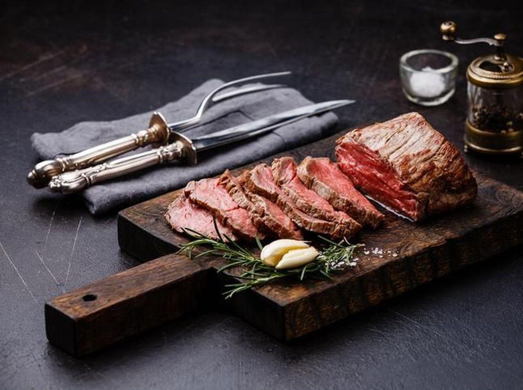 Seram! Mata Wanita Ini Tertancap Pisau Ketika Makan Steak di Restoran