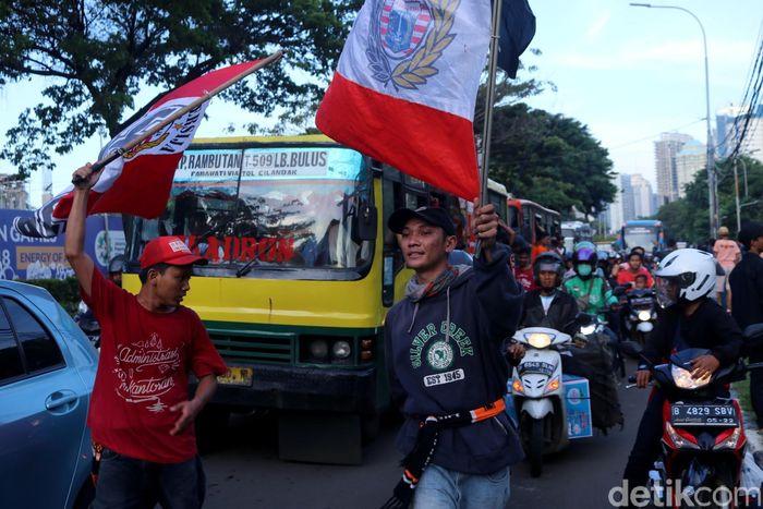 Para Jakmania dari berbagai penjuru Jakarta berbondong-bondong sambangi Stadion Utama Gelora Bung Karno.