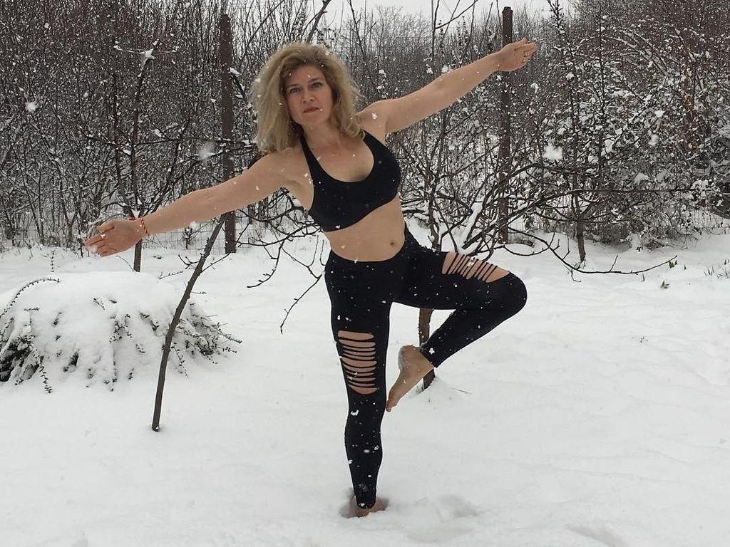 Potret Orang-orang Nekat Olahraga Minim Pakaian di Tengah Salju