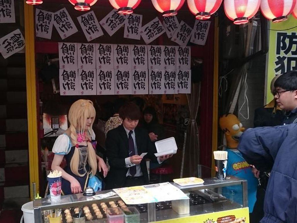 Penjual Takoyaki Cantik Ini Pakai Kostum Cosplay dan Bikin Pelanggan Gagal Fokus