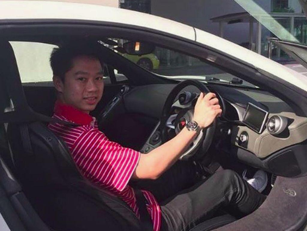 Gaya Kevin Sanjaya Naik Motor dan Mobil Mewah