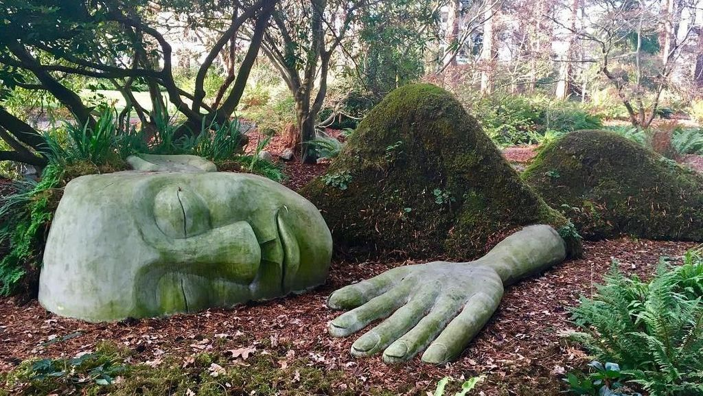 Foto: Patung Wanita Raksasa Tidur yang Tak Biasa