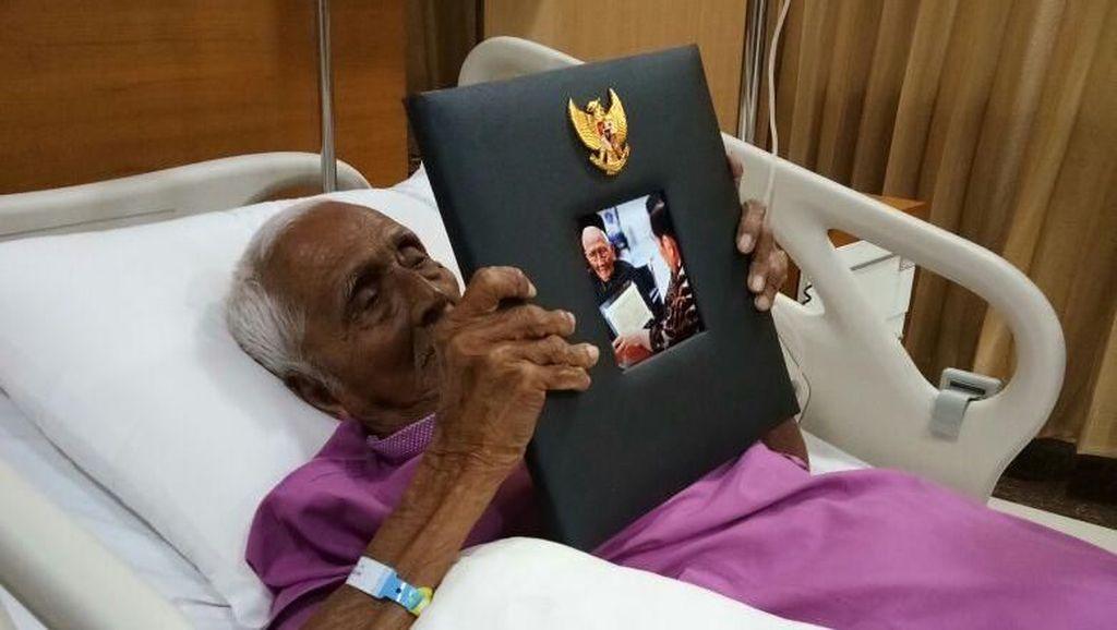 Dirawat di RSPAD, Nyak Sandang Peluk Foto dengan Jokowi