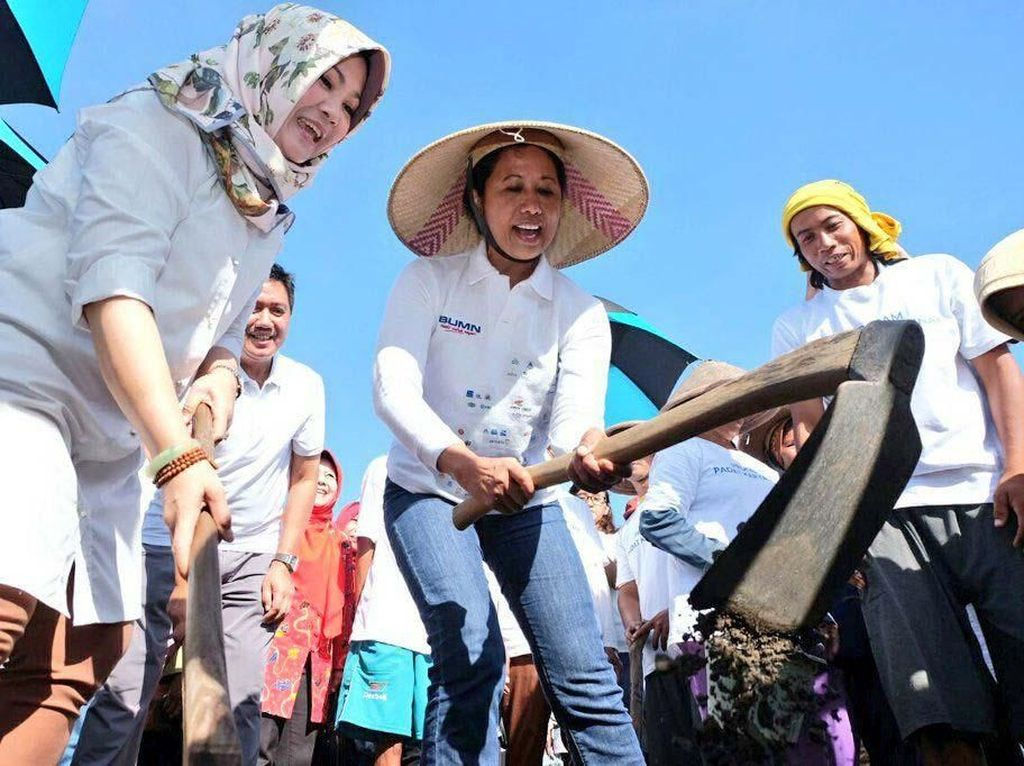 Pakai Topi Petani, Rini Cangkul Tanah di Klaten