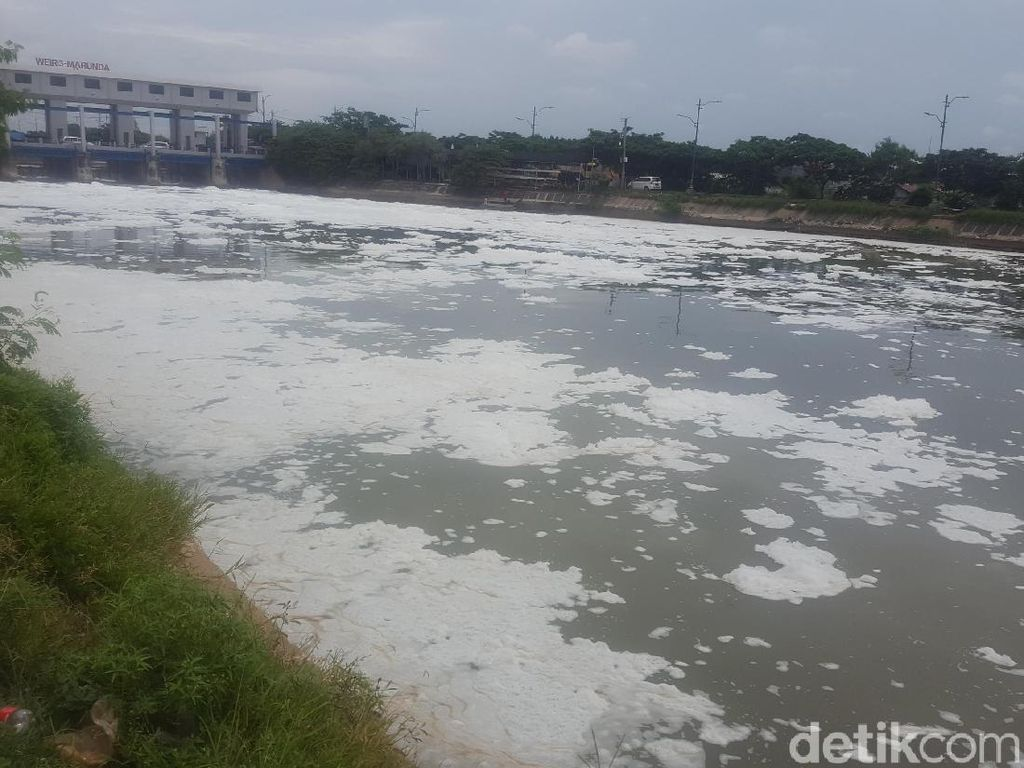 Lautan Busa Limbah Detergen Masih Penuhi Kali BKT Marunda