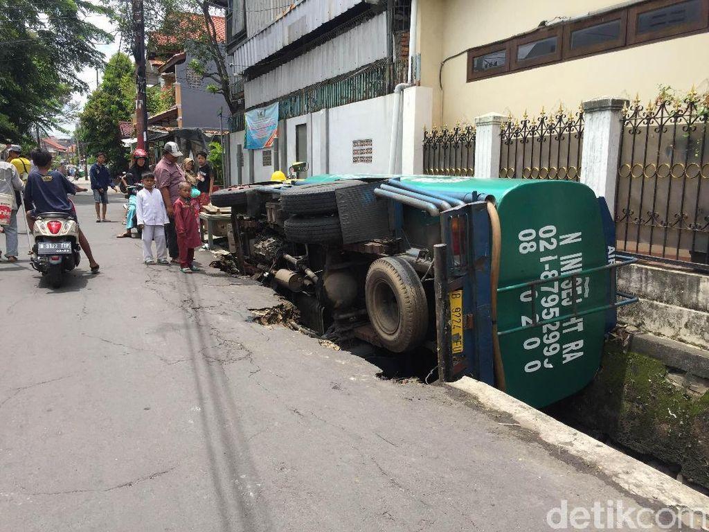 Foto: Kok Bisa Truk Tangki Nyungsep ke Got di Matraman?