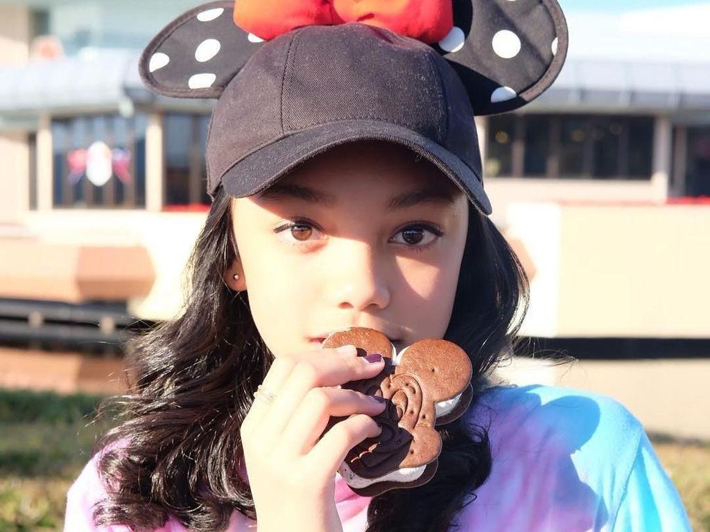 Cute! Lihat Pose Naura Saat Melahap Es Krim di Disney Land