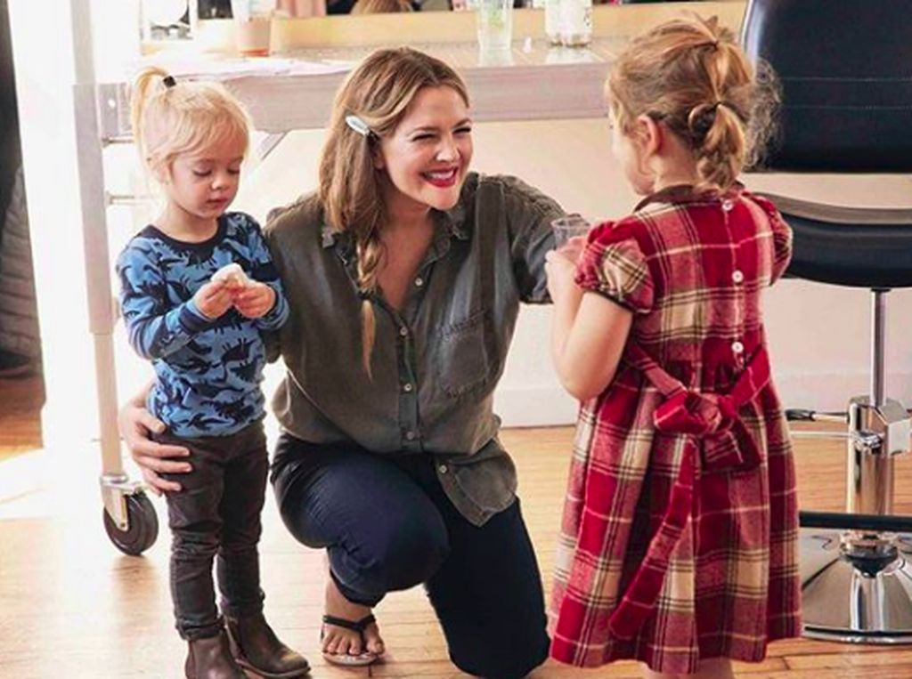 Drew Barrymore Ngaku Nangis Setiap Ajari Anak Belajar di Rumah
