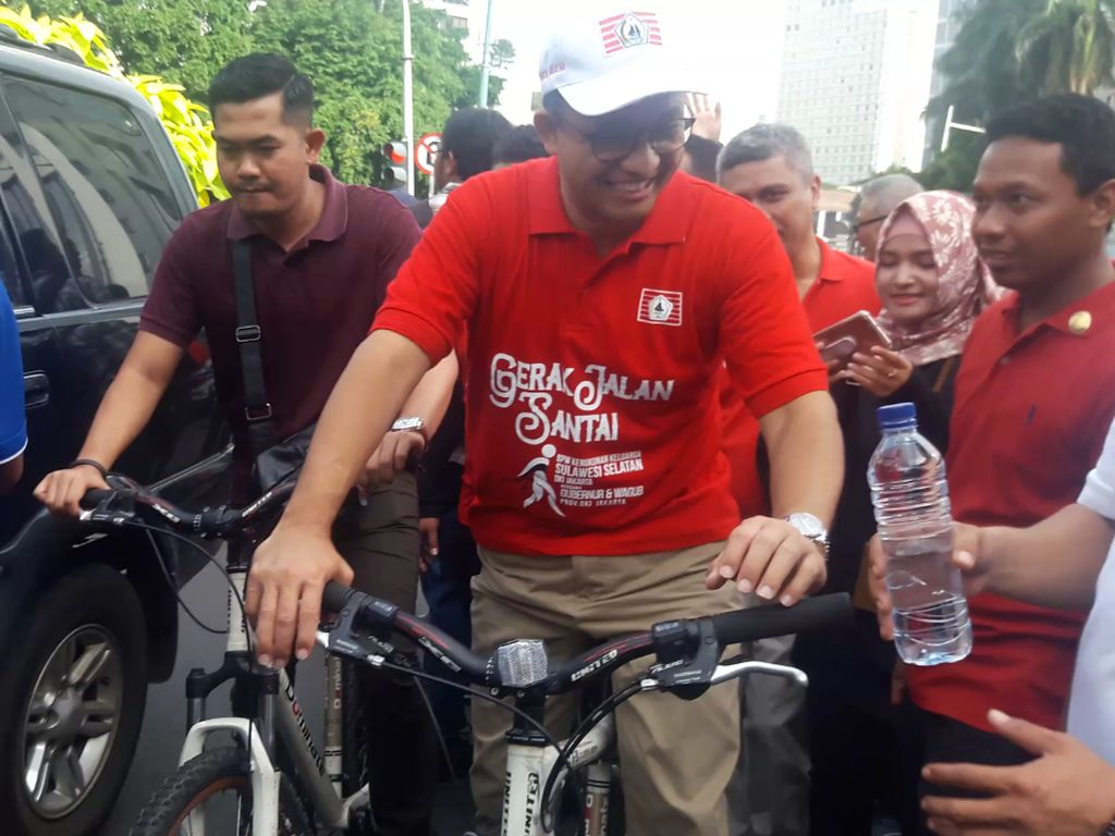 Usai Jalan Santai dengan JK, Anies Bersepeda ke Rumah Dinas