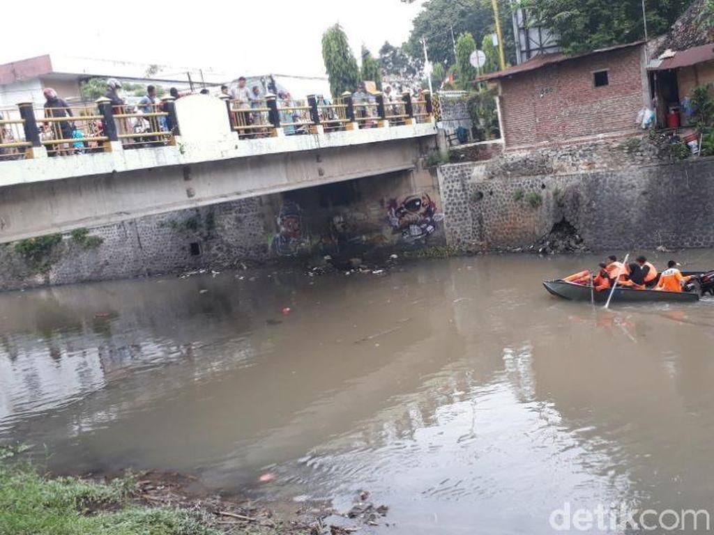 Main Perahu di Sungai, Seorang Bocah Hilang Terseret Arus