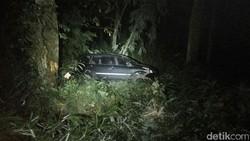 MPV Berpenumpang 6 Orang Terjun ke Jurang di Mojokerto