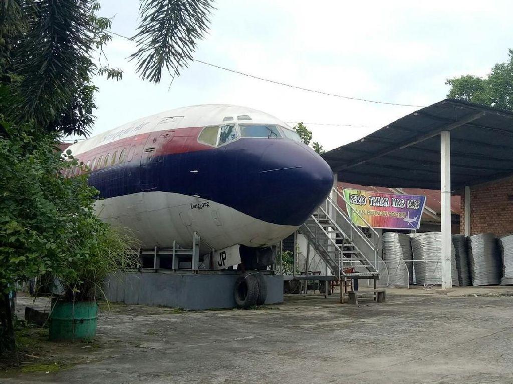Pesawat Parkir di Halaman Rumah Thomas, Bikin Penasaran Warga