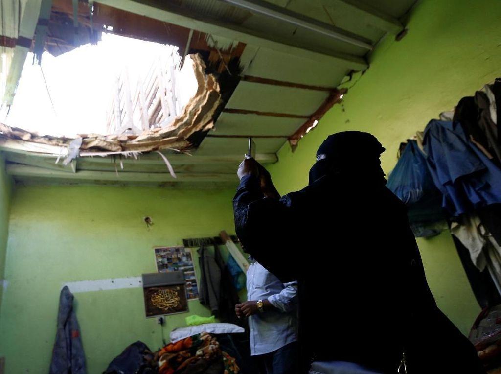 Foto: Lubang Bekas Serpihan Rudal Houthi di Rumah Warga Saudi