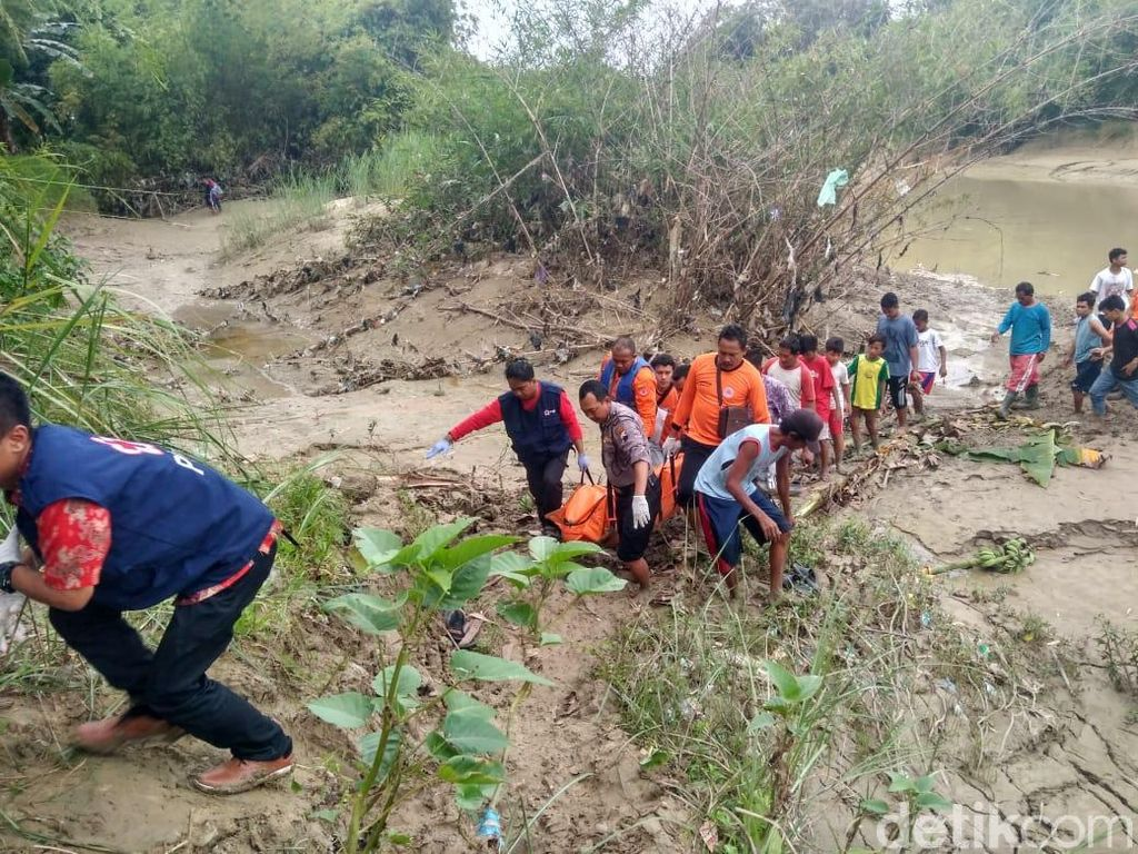 Mayat Pria Berkaus Biru Ditemukan Hanyut di Sungai Lusi Grobogan