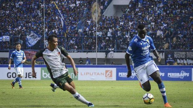 Dua gol sundulan Ezechiel N'Douassel membawa Persib Bandung unggul di babak pertama.
