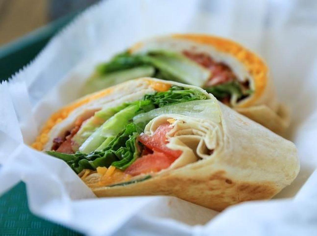 Menjijikan! Karyawan Fast Food Ini Ludahi Makanan dan Ribut dengan Pelanggan