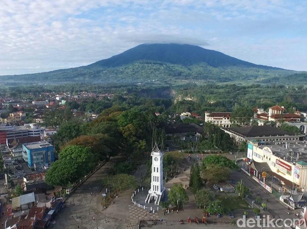 Foto Drone: Jam Gadang di Balik Gunung