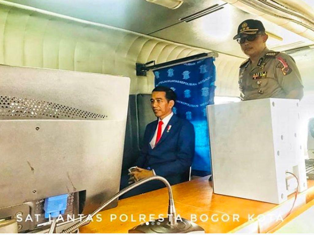 Mau Tahu Ekspresi Jokowi di Foto SIM?