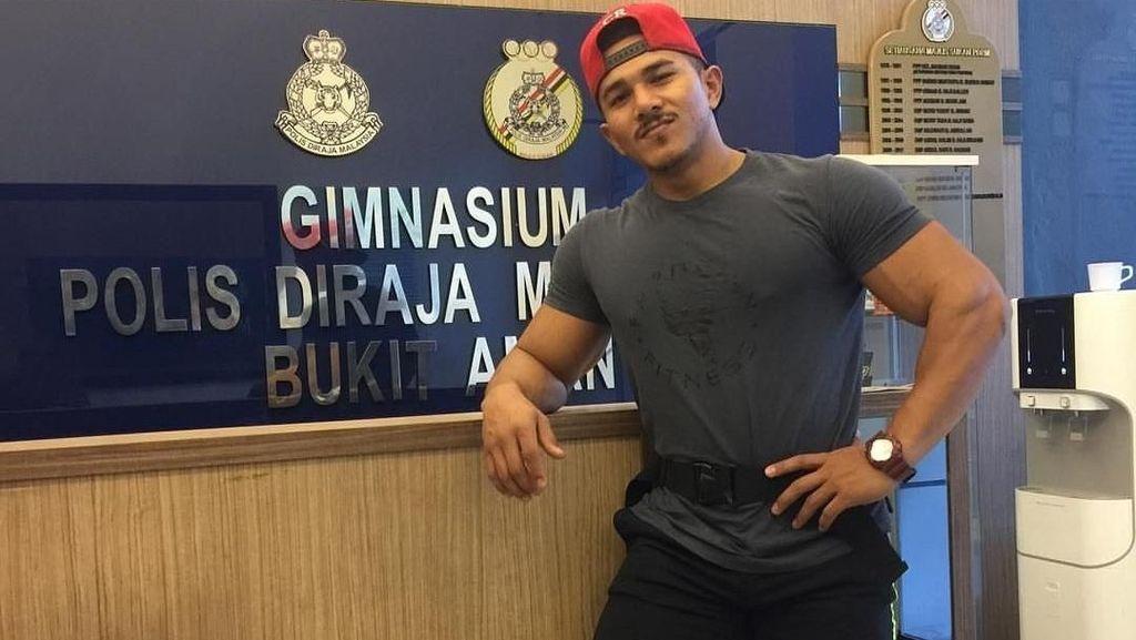 Polisi Malaysia Ini Curi Perhatian Warganet dengan Otot Kekarnya