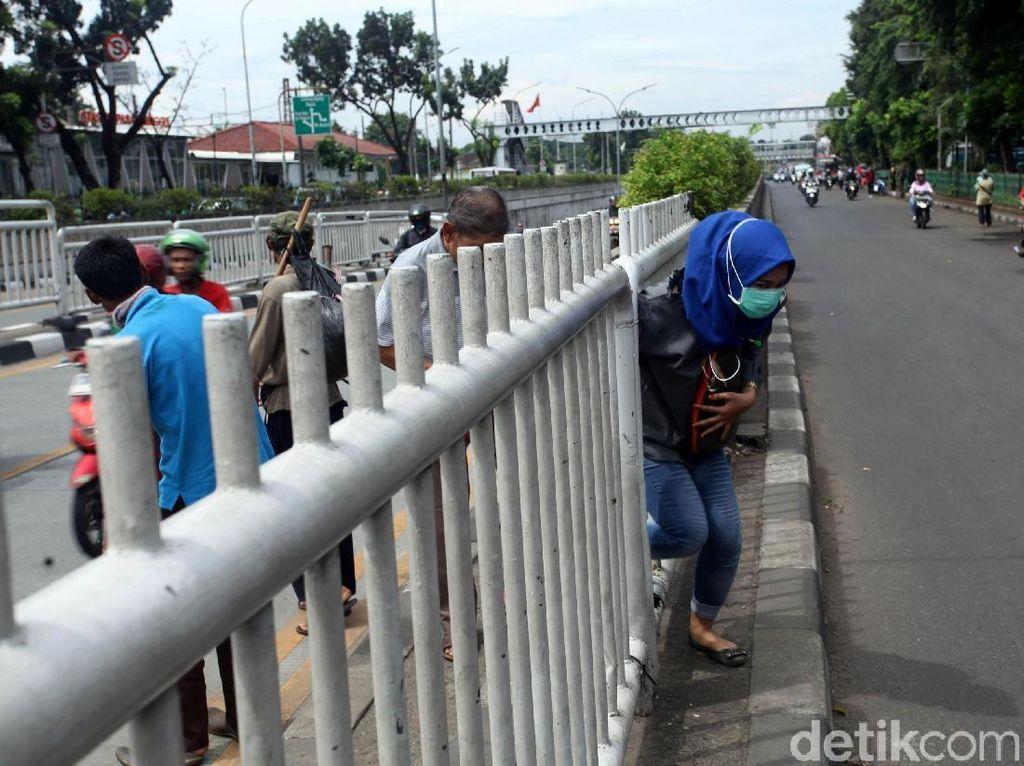 Foto: Aksi Nekat Penyeberang Jalan Terobos Pagar Pembatas