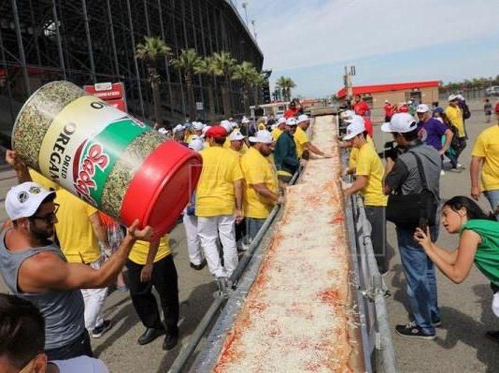 5 Rekor Dunia Pizza Terpecahkan, Pizza dengan Keju Terbanyak hingga Terpanjang!