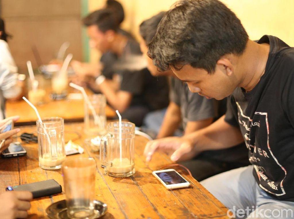 Fenomena Warung Kopi di Surabaya dan Kisah Para Pemburu WiFi