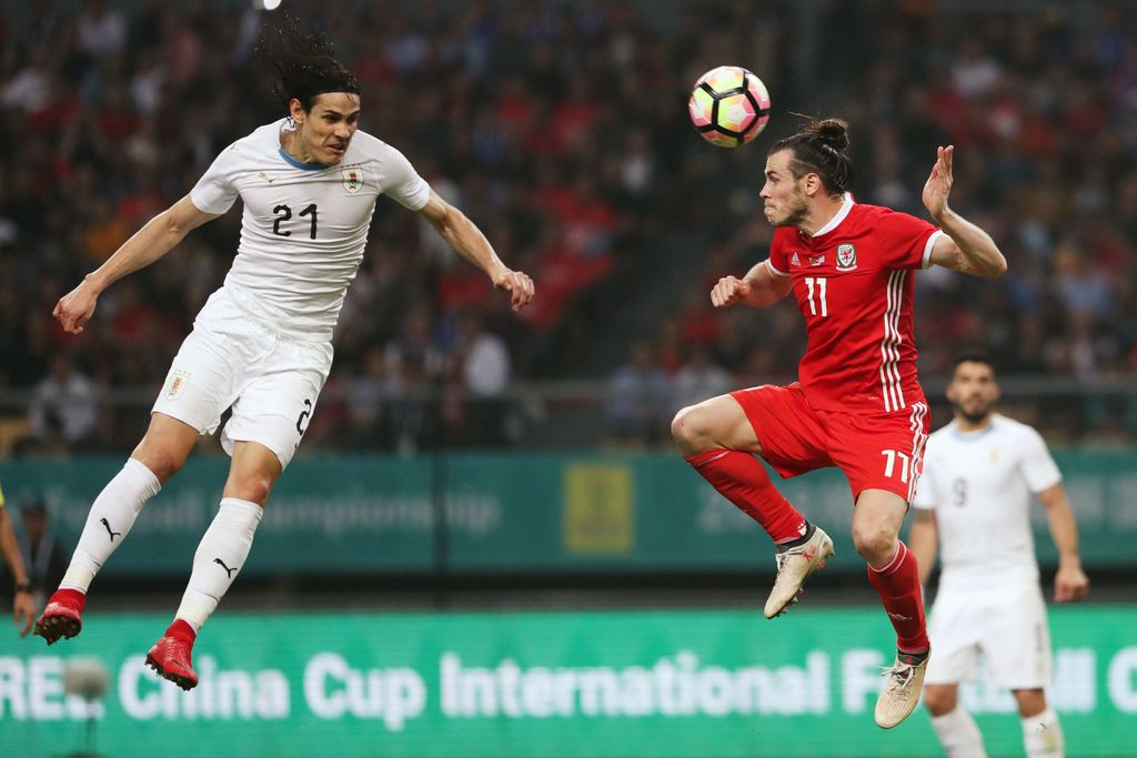 Football Soccer - Wales v Uruguay - China Cup Finals - Guangxi Sports Center, Nanning, China - March 26, 2018.  Edinson Cavani of Uruguay and Gareth Bale of Wales in action. REUTERS/Stringer ATTENTION EDITORS - THIS IMAGE WAS PROVIDED BY A THIRD PARTY. CHINA OUT.