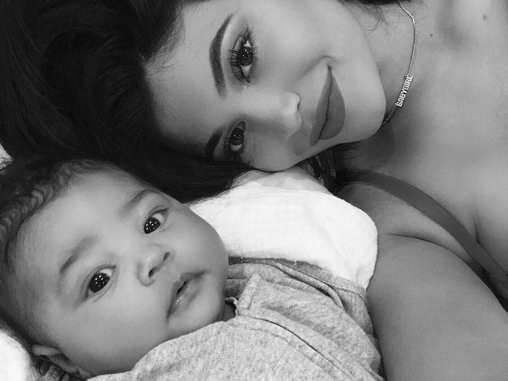 2 Bulan Setelah Melahirkan, Kylie Jenner Kembali Pakai Crop Top