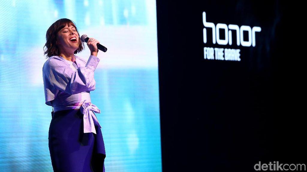 Senandung Lenka Saat Perkenalkan Tiga Ponsel Honor di Jakarta