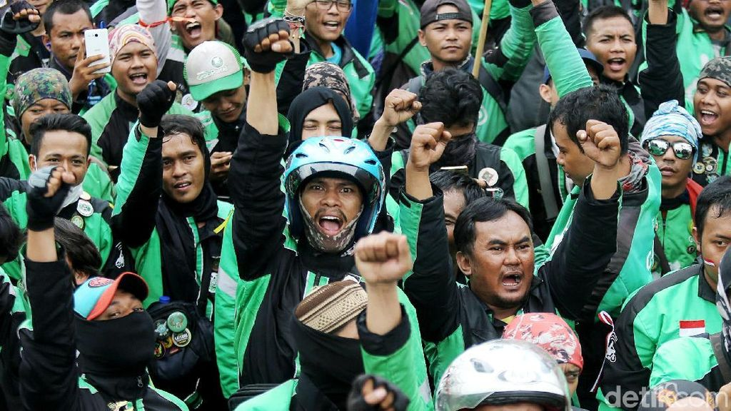 Penampakan Massa Driver Ojol Demo di Depan Istana
