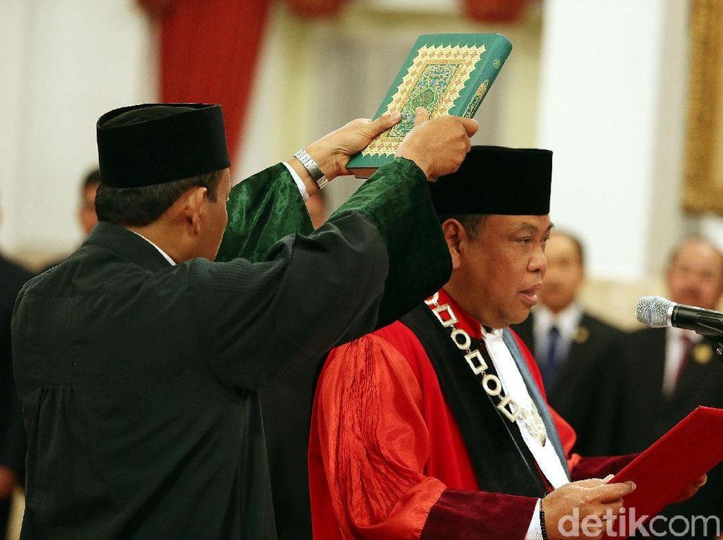 Momen Ucap Sumpah Hakim MK Arief Hidayat di Hadapan Jokowi