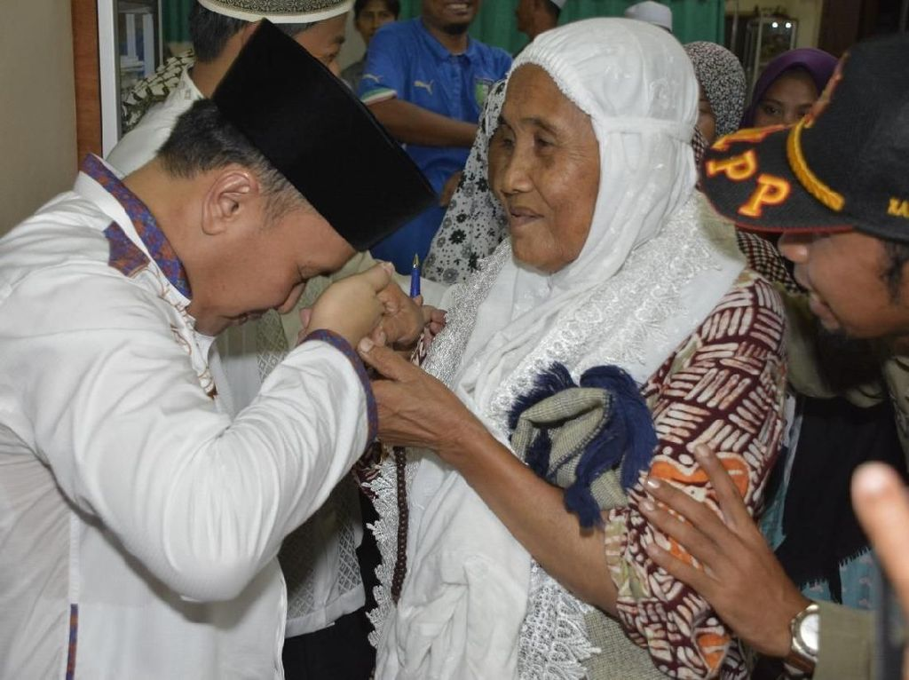 Menengok Kebiasaan Gubernur Kalteng Cium Tangan Orang Tua