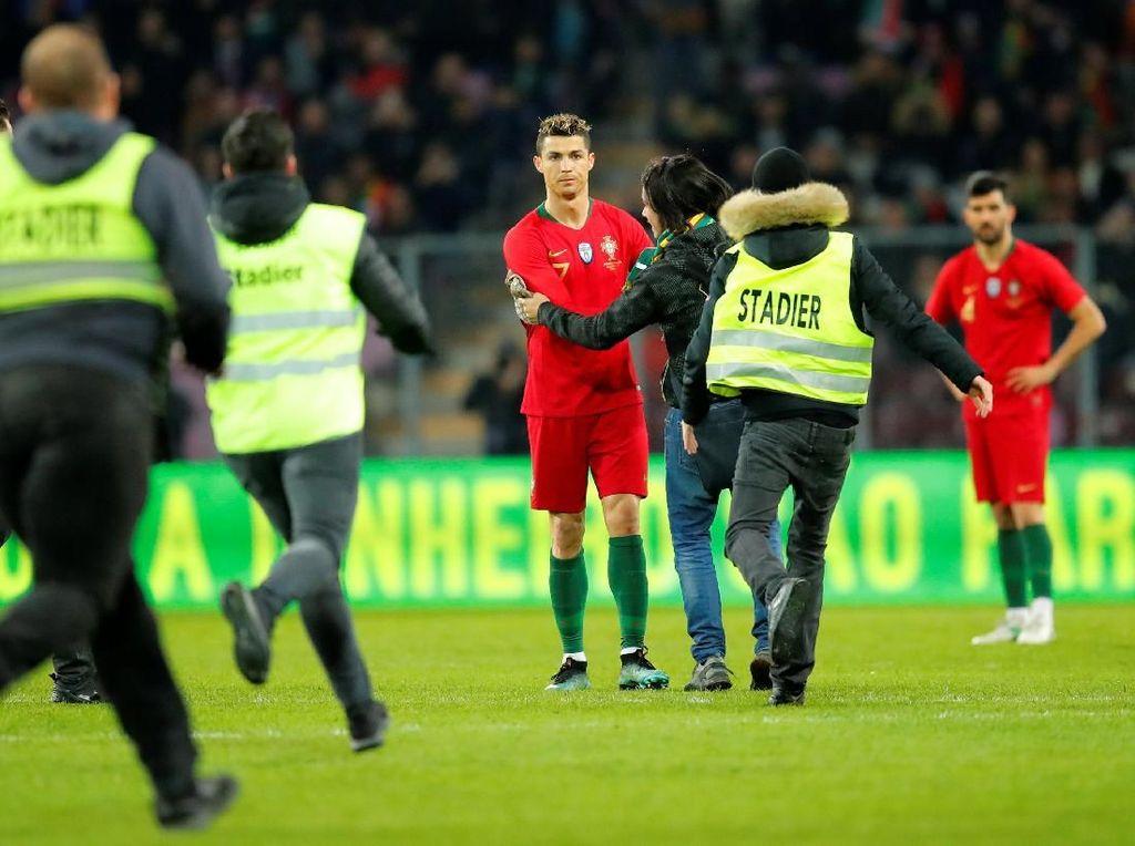 Peluk-Cium Fans Nekat untuk Cristiano Ronaldo