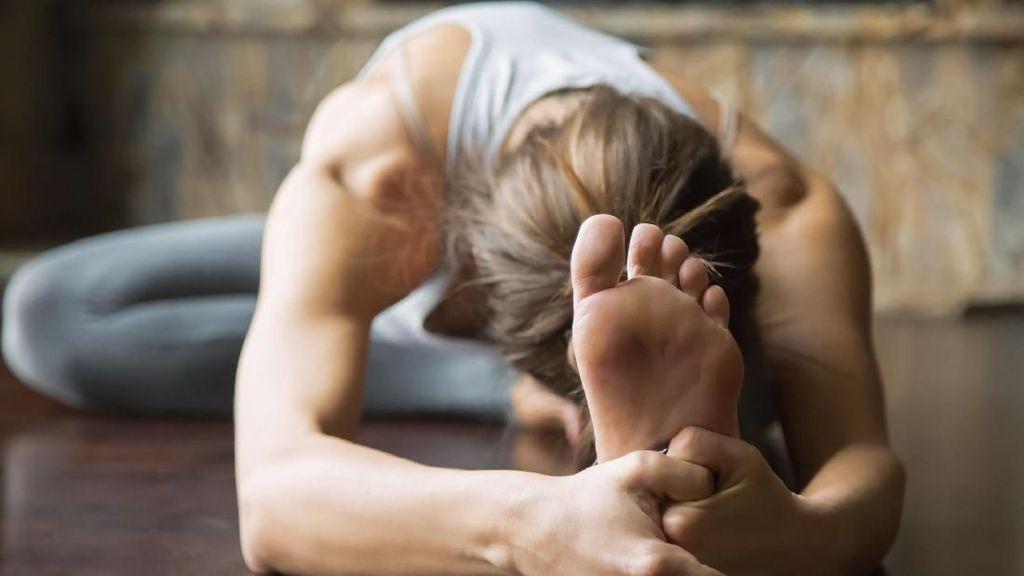 Ratusan Orang Yoga Telanjang di Taman Paris