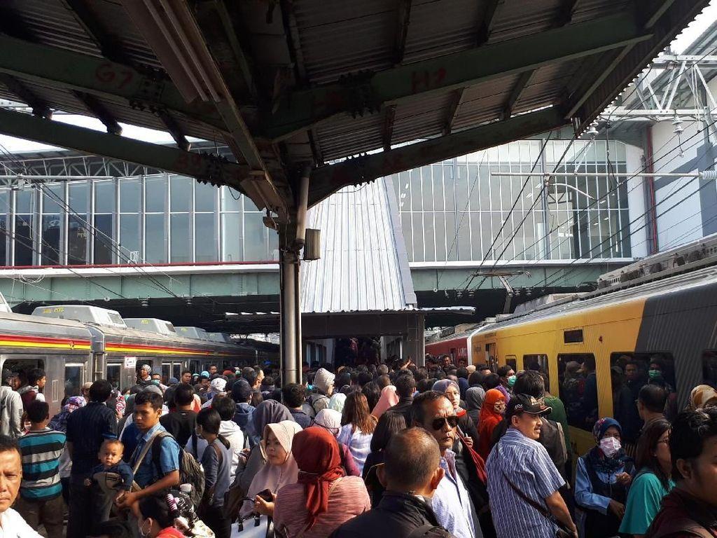 Curhat Penumpang KRL Berharap Tangga di Stasiun Duri Ditambah
