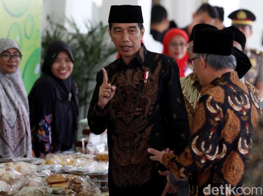 Jokowi Borong Dagangan Nasabah Bank Wakaf Mikro
