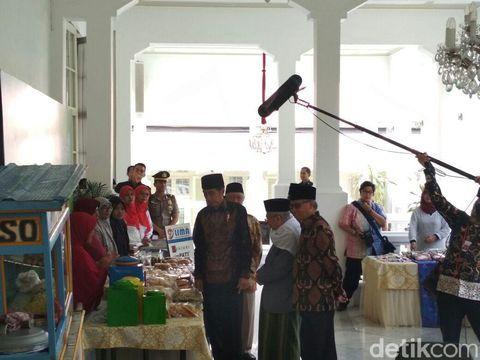 Jokowi borong produk dagangan nasabah bank wakaf