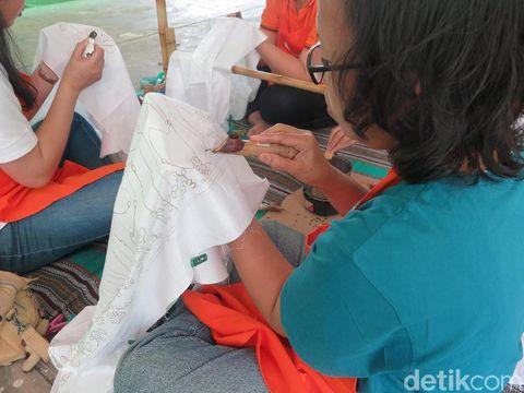 Penghuni Rusun Pulogebang belajar membatik.